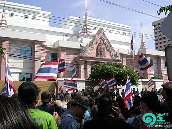 กลุ่มผู้โกรธแค้นที่สถานทูตไทยในกรุงพนมเปญถูกเผา ไปชุมนุมที่หน้าสถานทูตเขมร